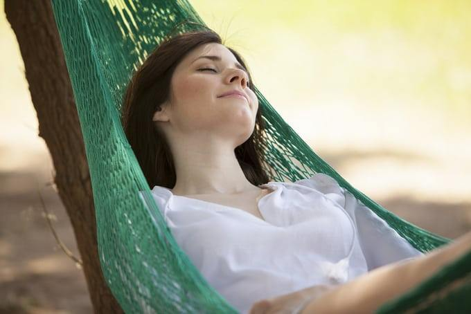 how-to-sleep-in-a-hammock-properly-0
